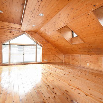 安らぎを与えるロッジ風な洋室(3階)