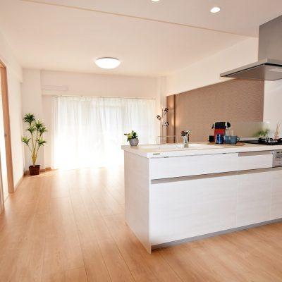 白が映えるオープンキッチン