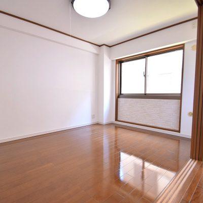 窓下にはお部屋のアクセントとしてエコカラットを施工(洋室3)