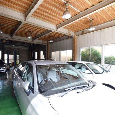 自動車整備工場内部