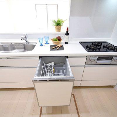 白貴重の清潔感ある対面キッチン