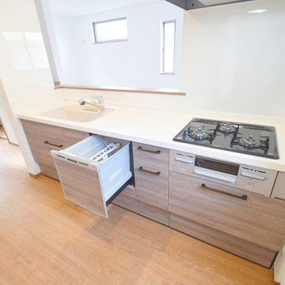 キッチンは吐水時に静かな人造大理石シンクの採用