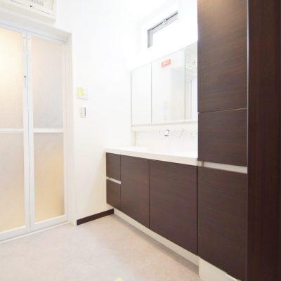 洗面脱衣室(収納能力が豊富な大型洗面台)